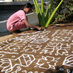 le matin les femmes dessinent les kollams devant la porte