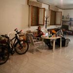un garage aménagé prêté le temps d'une nuit, près de Fano