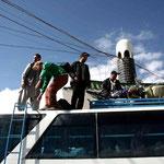 On charge le bus avant de se diriger vers la frontière pakistanaise