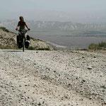 sur la route de Kazarman, il fait terriblement chaud!