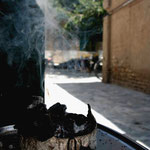 encens a l'entree d'une mosquee