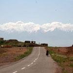 au loin, les cimes enneigées de l'Azerbaïdjan