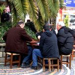 à Üsküdar, les hommes jouent au Tavla dans les cafés