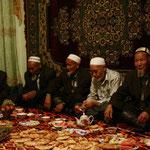 rassemblement des Aksakals (les anciens du village) pour la fin du Ramadan