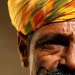 la panoplie du Rajahstani : le turban, la moustache, les boucles d'oreille