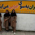 des jeunes filles à la sortie de l'école