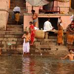 les ablutions dans le Gange, au matin