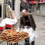 un vendeur ambulant de Simit, pains ronds au sésame
