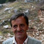 Omer nous a ouvert la porte de sa cabane, et a mis du bois dans le poêle pour qu'on réchauffe nos carcasses