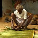 tissage des feuilles de palmiers pour les murs et les toits des maisons
