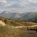 au loin, les montagnes du Tadjikistan