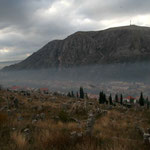 Du haut du cimetière orthodoxe de Mostar, le chant du muezzin se mêle au son des cloches et au son  des pétards de l'Aïd el Kebir