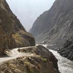 la route est perchée sur la falaise, au-dessus de l'Indus