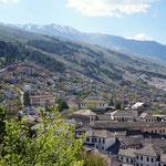 Gjirokastra: bekannt für seine Wehrturmhäuser und Steindächer