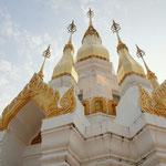 weiss-goldener Tempel über Khong Chiam