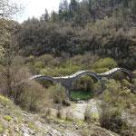 Umgebung Kipi, dreibogige Steinbrücke