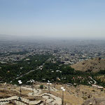 Von hier oben ist die Luftverschmutzung nur zu gut zu erkennen, und dieser Ausblick gibt uns auch die Erklärung für unser Unwohlsein und die Schwächeanfälle meinerseits. Im Winter soll die Verschmutzung am stärksten sein und bis zu 20 Todesopfer pro Tag f