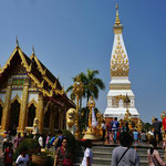 Wildes Treiben an einem Feiertag: die goldene Stupa und der Tempel in Nakhon Phanom fasziniert Buddhisten und nicht-Buddhisten gleichermaßen