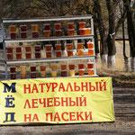 Honig zu verkaufen, entlang der Schnellstraße