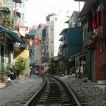 Züge fahren nur nachts durch Hanoi, tagsüber werden die Gleise von den Anwohnern belebt