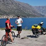 Wir erhalten Routentipps in der Bucht von Kotor