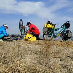 Teamwork am Platten Reifen