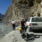 Stau auf dem Pamir-Highway, nachdem wir die Stelle mühelos passieren gibt's stundenlang keine überholende Fahrzeuge