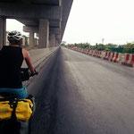 Bangkok - Neben der verstopften Schnellstraße gibt es eine ruhige Strasse für uns Velofahrer