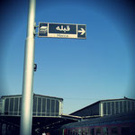 Na dann, ab in die Wüste! Hier ist die Gebetsrichtung noch klar, da der fahrende Zug jedoch ständig seine Richtung ändert gibt es auf langen Fahrten gesetzlich festgelegte Gebetsstoppt. Dann zeigt ein Schild wieder an, wo Mekka ist