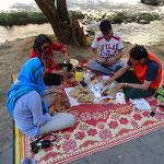 Verdientes Fruehstueck nach iranischer Art, natuerlich auf der Picknick Decke!