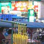Typischer Morgenmarkt mit typischem Supermarkt