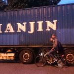 """Ob wohl """"wir"""" diesen Container nach Hamburg gebracht haben?"""