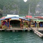 Schwimmendes Restaurant in der Halong Bucht