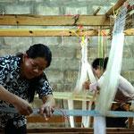 Mulberry Farm in Phonsavan: Frauen am Webstuhl bei der Produktion schöner Seidenstoffe