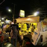 Nachtmarkt in Nang Rong, das Büssli ist Verkaufstand und Küche in einem