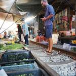 In Samut Songkhram fährt der Zug mehrmals täglich mitten durch die Marktstände