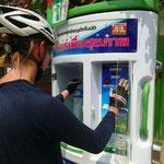 Für ca. 0.20.- CHF füllen wir unsere Wasserflaschen an den Trinkwasserautomaten