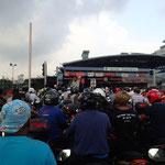Und erleben zum letzten Mal einen Grenzübergang, zusammen mit mehreren Tausend Pendlern!!!