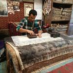 Handwerkskunst im Bazar von Isfahan, ein Stoffdrucker bei der Arbeit