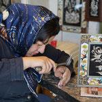 Handwerkskunst im Bazar von Isfahan, eine Kunstschmiedin bei der Arbeit