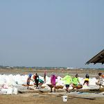 Bei uns braucht es viele Helfer beim Herdöpfle, in Thailand werden die Arbeiter für die Salzgewinnung aufgeboten