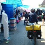 Mitten durchs Getümmel! Plötzlich sind wir im Markt von Nakhon Phanom gelandet...