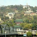 Blick auf den Tempel der weißen Pagode in Lanzhou - und auf den braun-grauen Yellow River