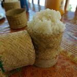 Der Klebrige Reis wird im Töpfchen serviert und von Hand gegessen