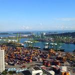 Auch das gigantische Hafengelände können wir von hier oben überblicken