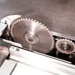 Vorritzaggregat mit elektronischem Parksystem AUTO-EPS: kein Verschmutzen des Vorritzsägeblattes in der Parkposition, problemloser Einbau von Hauptsägeblättern > 350 mm, bei eingebautem Vorritzsägeblatt.
