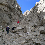 la risalita di un canalone roccioso