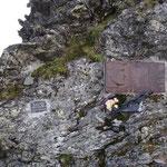 Una lapide al passo che ricorda Dyatlov e la sua spedizione