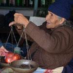 Karin kauft Tomaten, das Gegengewicht ist ein Stein
