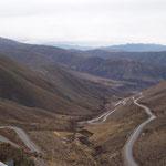 In Serpentinen geht es auf 37km über 2000m nach unten